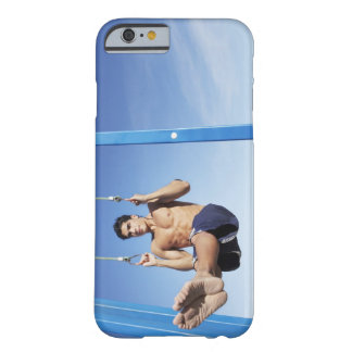 El hombre en una playa que se resuelve en funda barely there iPhone 6