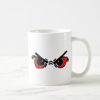 el hombre enojado observa rojo taza