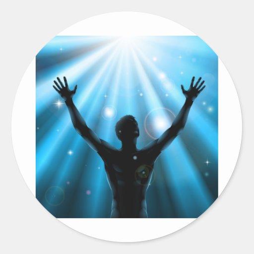 El hombre espiritual con los brazos aumentó para etiqueta redonda