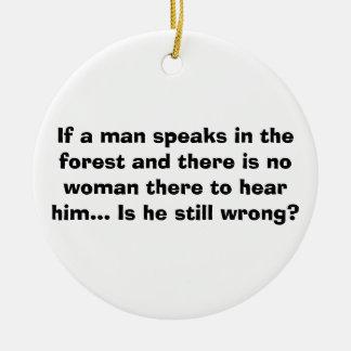 El hombre habla en el ornamento del bosque - adorno navideño redondo de cerámica
