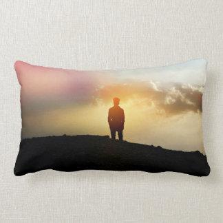 El hombre joven se coloca solamente con el cielo almohadas