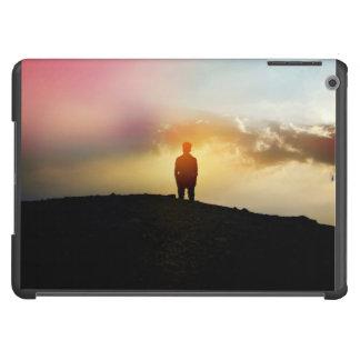 El hombre joven se coloca solamente con el cielo funda para iPad air