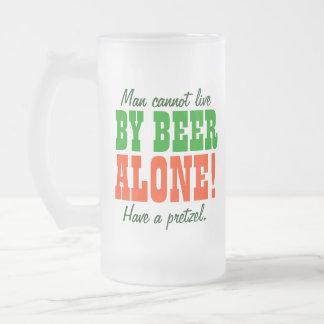 El hombre no puede vivir por la cerveza solamente taza de cristal