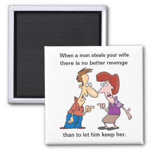 El hombre roba su imán de la esposa