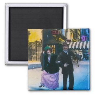 El hombre y la mujer bailan en la calle 1900 NYC Imán Cuadrado