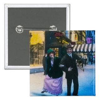 El hombre y la mujer bailan en la calle 1900 NYC Pin Cuadrado