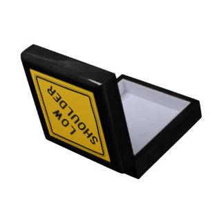 El hombro bajo, trafica la señal de peligro, los caja de regalo cuadrada pequeña