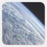 El horizonte de la tierra contra la negrura del calcomania cuadrada personalizada