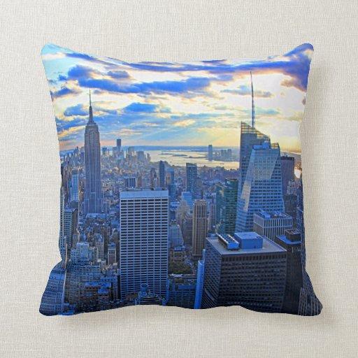 El horizonte de la última hora de la tarde NYC com Almohadas