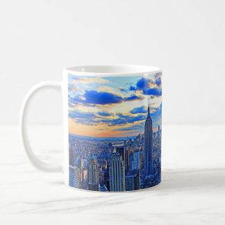 El horizonte de la última hora de la tarde NYC com Tazas