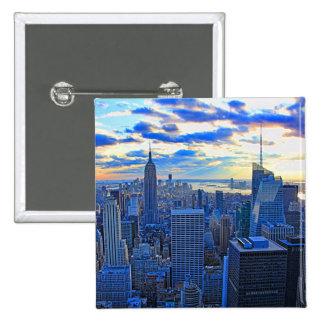 El horizonte de la última hora de la tarde NYC Pin Cuadrado