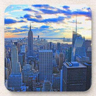 El horizonte de la última hora de la tarde NYC Posavasos