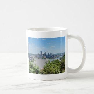 El horizonte de Pittsburgh del West End pasa por a Taza