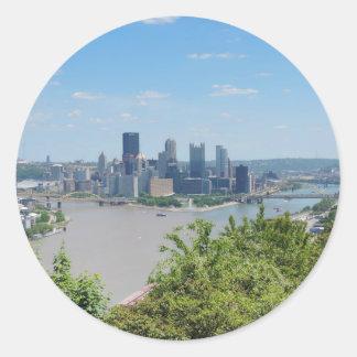 El horizonte de Pittsburgh del West End pasa por Etiquetas Redondas