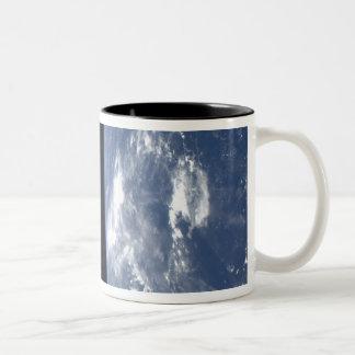 El horizonte y la negrura de la tierra del espacio taza de café de dos colores
