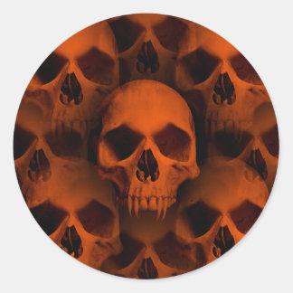 El horror de Halloween fanged los cráneos en negro Pegatina Redonda
