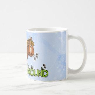 el horsing alrededor de la taza