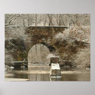 El hotel suministra un puente de piedra arqueado, póster