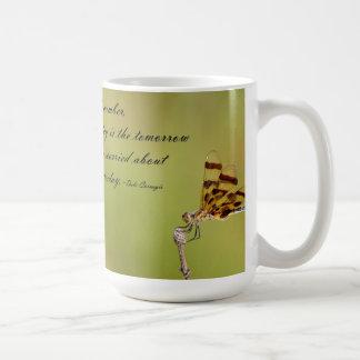 El hoy es la taza de la libélula de la mañana