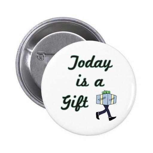 El hoy es un regalo pin