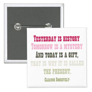 El hoy es un regalo pin cuadrado