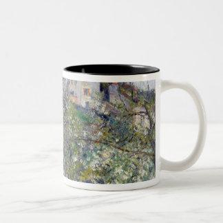 El huerto con los árboles en flor tazas de café