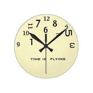 El humor de la oficina al revés mide el tiempo reloj redondo mediano