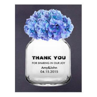 El hydrangea azul del tarro de albañil le agradece tarjeta postal