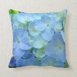 El Hydrangea azul florece la almohada del thow de
