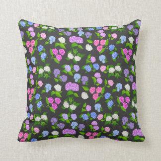 El Hydrangea florece la almohada oscura