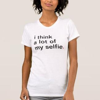 El i de las mujeres piensa mucho mi selfie. tenga playera