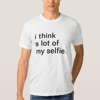 El i de los hombres piensa mucho mi selfie. tenga playeras