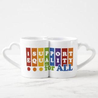El igual endereza las tazas del par tazas para parejas
