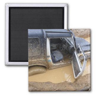 El imán 4x4 del jeep del roader se pegó en fango