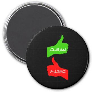 El imán manosea platos con los dedos limpios o
