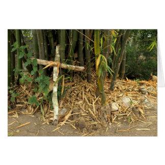 el inclinarse cruzado en bambú tarjetón