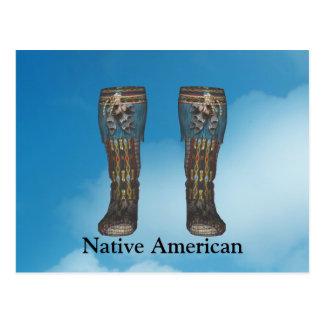 El indio sirve la postal de las botas