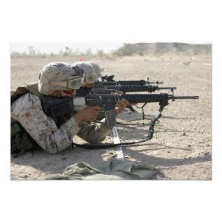 El infante de marina enciende sus rifles de fotografía