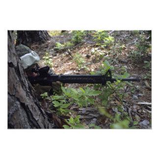 El infante de marina utiliza un árbol para la cubi impresión fotográfica