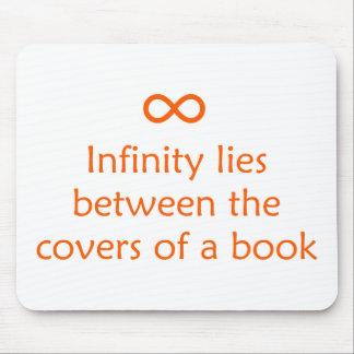 El infinito miente entre las cubiertas de un libro tapetes de ratones