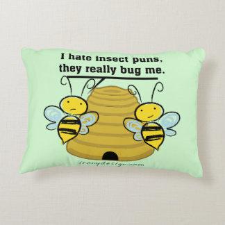 El insecto hace juegos de palabras me fastidia