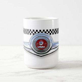 El inspector viaja en automóvili la insignia del taza de café