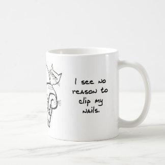 El intentar acortar los clavos del gato enojado taza básica blanca