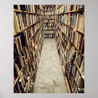 El interior de una librería de segunda mano Suecia Póster