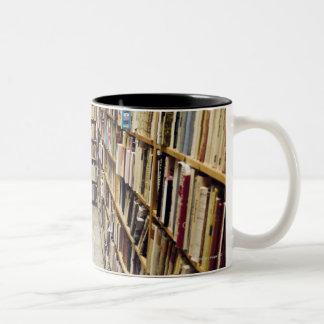 El interior de una librería de segunda mano Suecia Taza De Café De Dos Colores