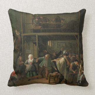 El interior de una taberna con un par que baila a almohada