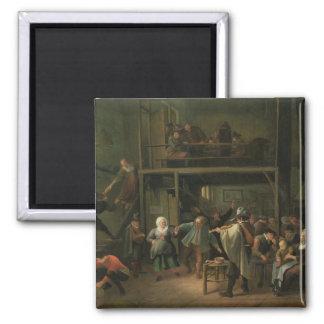 El interior de una taberna con un par que baila a iman