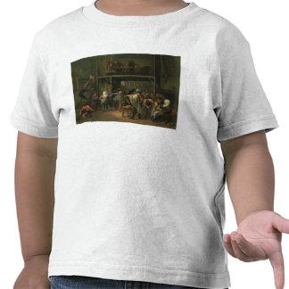 El interior de una taberna con un par que baila a camiseta