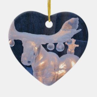 El invierno congelado nieve de la escultura de adorno de cerámica en forma de corazón