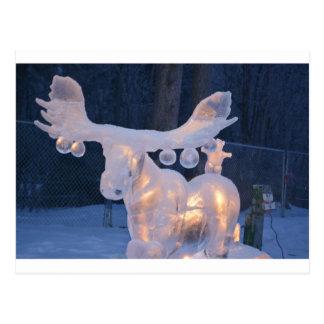 El invierno congelado nieve de la escultura de postal